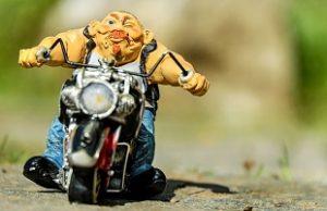 バイクに乗る男の人