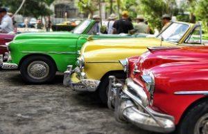 赤色黄色緑色のクラッシクカー