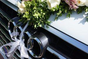 結婚式の飾りつけされた車