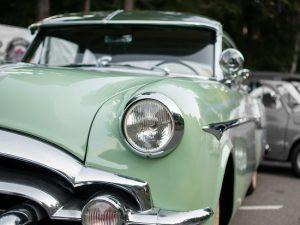 グリーンの自動車