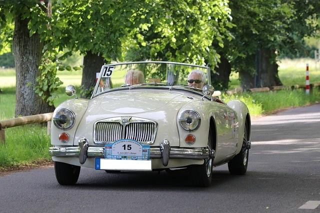 白い自動車に夫婦