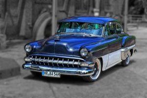 青色と白色のスポーツカー
