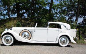 白色のクラッシックカー