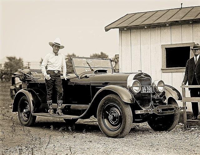 ビンテージ風クラッシックカーと男性