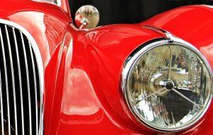 赤い色のスポーツカー