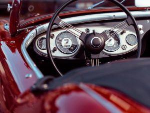 赤のスポーツカーハンドル