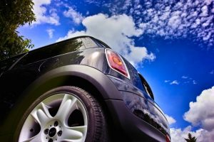 空と青い車