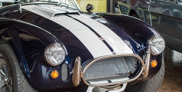紺色のスポーツカー
