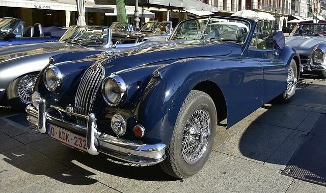 青いクラシックカー